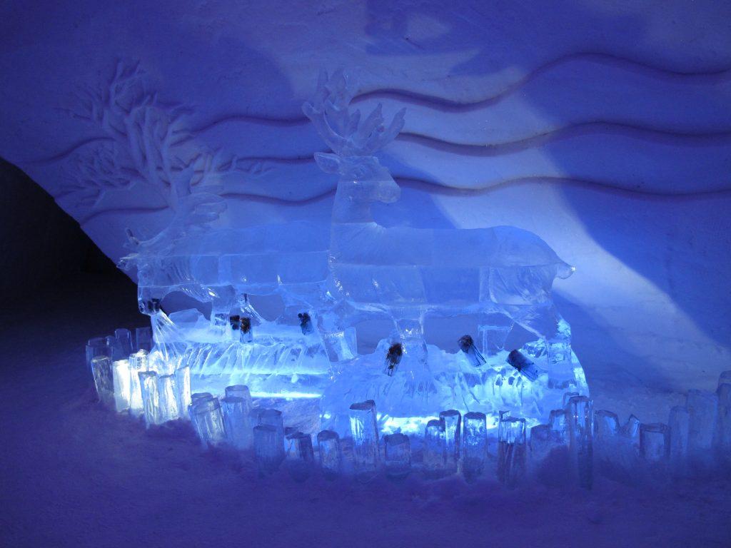 Erlebnisreisen Bild einer Eisskulptur in diesem Fall Rentier