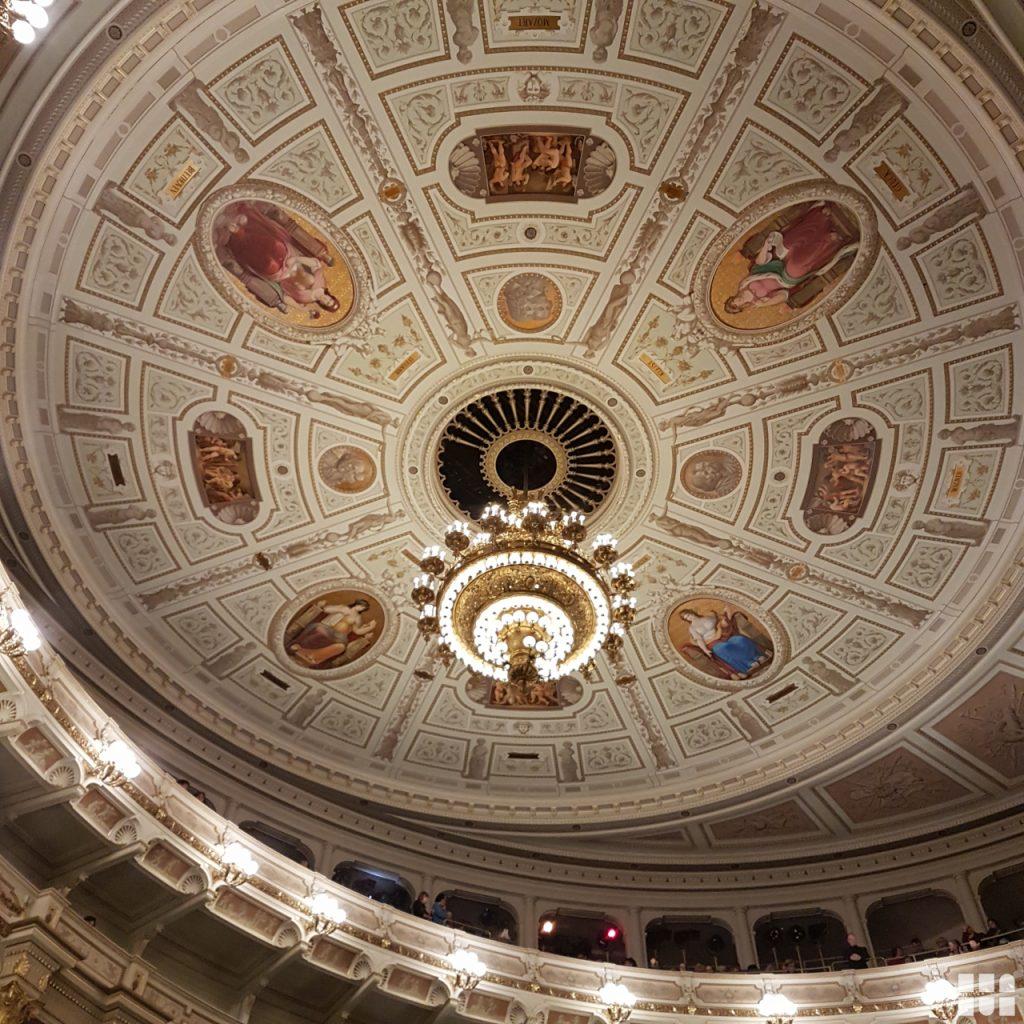 Erlebnisreisen Bild Kronleuchter und Deckenskulptur in der Semperoper in Dresden